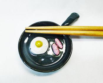 スキレット型箸置き(目玉焼き・ウインナー)1-1.JPG