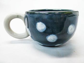 コロコロ黒カップ(白水玉)2.JPG